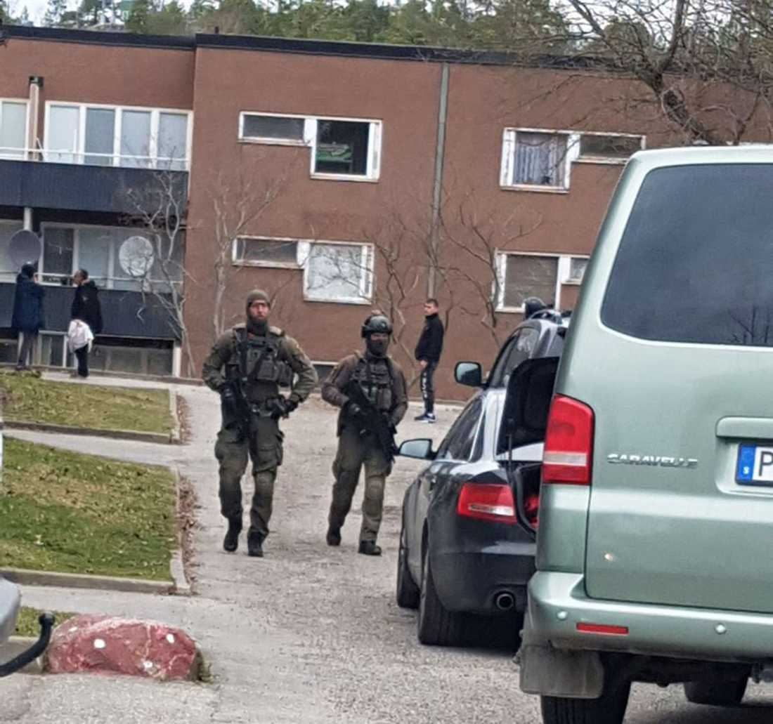 Polis vid tillslaget i Vårberg.