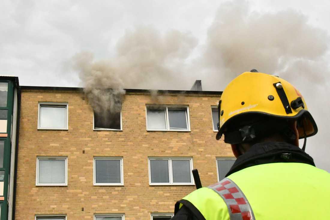 Vid 12:47 i dag inkom larm om en fullt utvecklad brand i ett flerfamiljshus i Malmö.