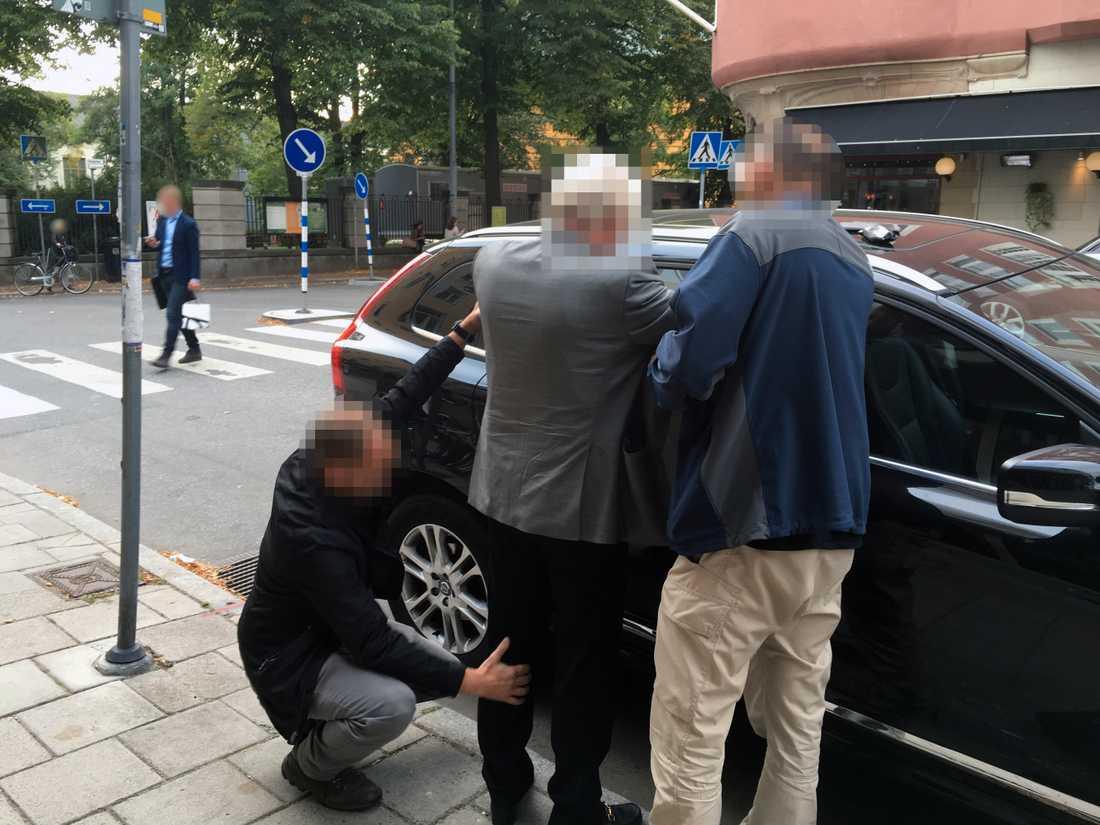 """""""Stockholms gudfader"""" - en 74-årig man - greps av Fast-gruppen på Östermalm i Stockholm 2016. Han var skriven på Kungsholmen, men gömde sig i lägenheten på Östermalm. Han var dömd för bland annat grovt skattebrott och vapenbrott."""
