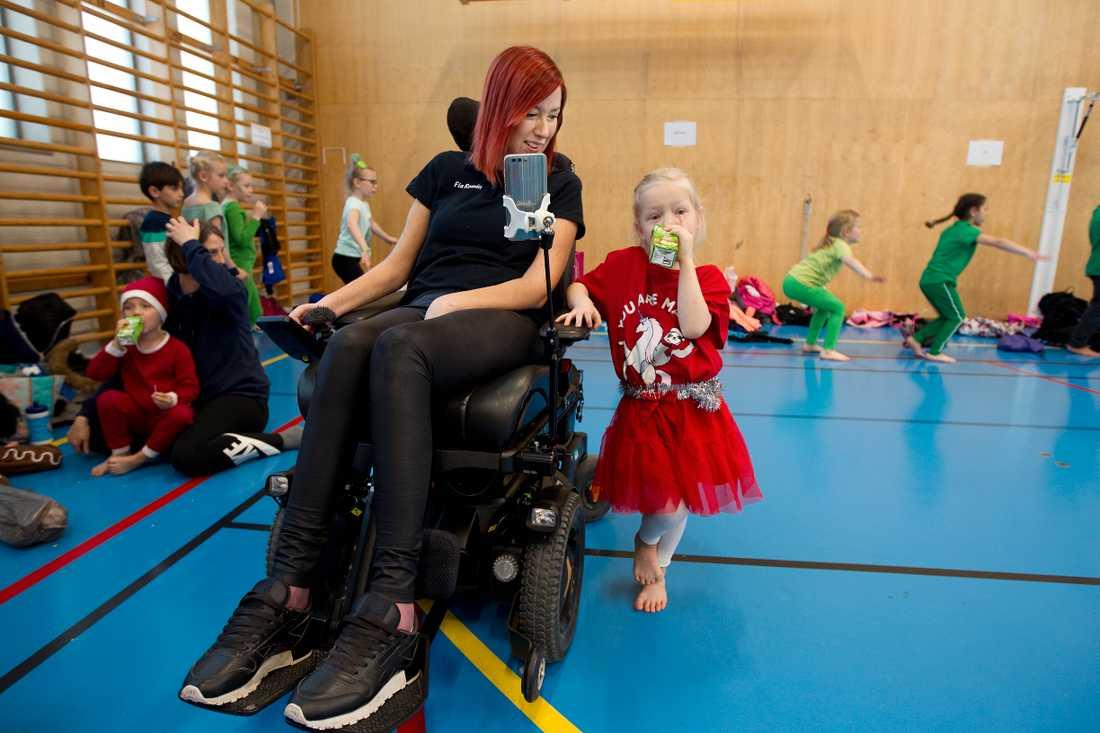Fia tror att rätt inställning kan ta en långt. Nytt för i år är att hon är ledare i dottern Frejas gymnastikgrupp i Borlänge.