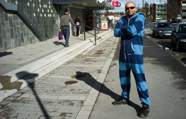 Timråprofilen Martin Andersson, 41, gillar sin blå onepiece.