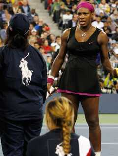 If looks could kill. Serena Williams förbereder en hårtork.