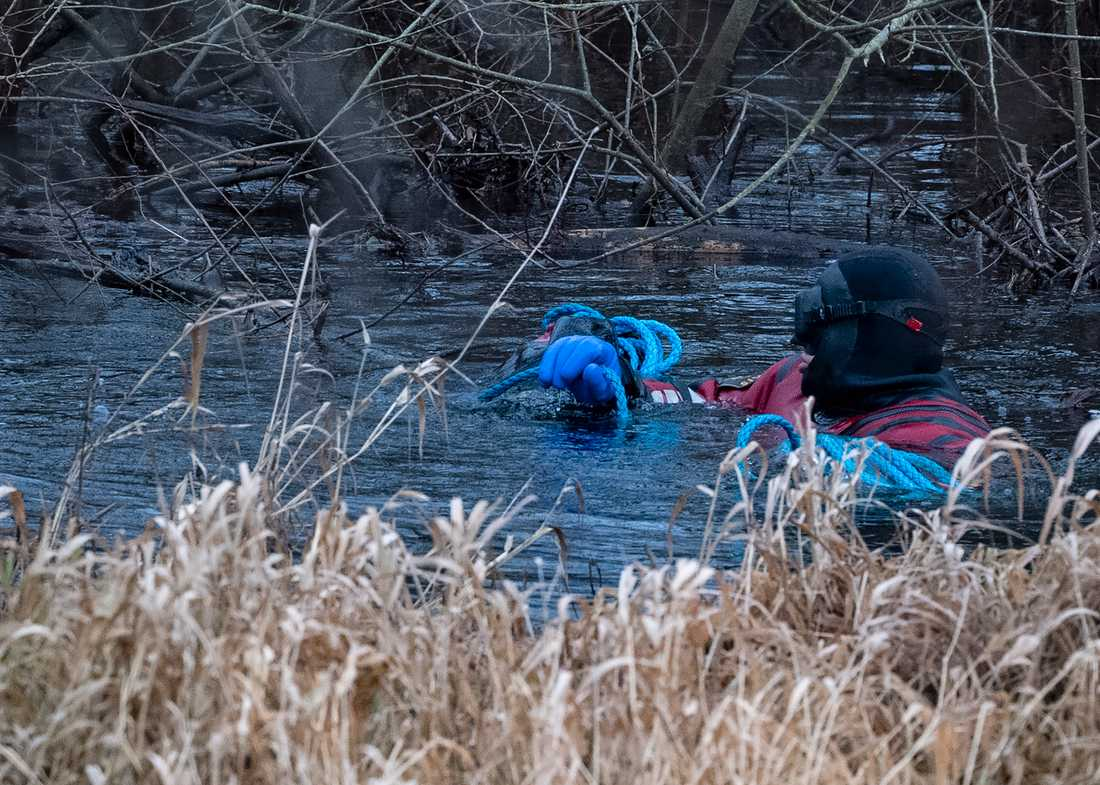 Dykare från sjöpolisen söker i Vramsån i Tollarp på tisdagen. En 20-årig kvinna från Skåne har varit försvunnen i över en vecka. Polisen tror att hon kan ha utsatts för ett brott.