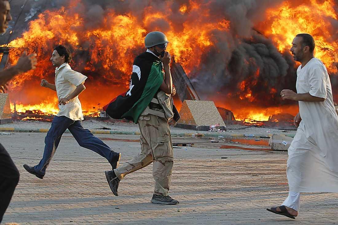 64 BOMBATTACKER  Gaddafi sa i sitt radiotal i natt att hans högkvarter drabbats av 64 bombattacker.