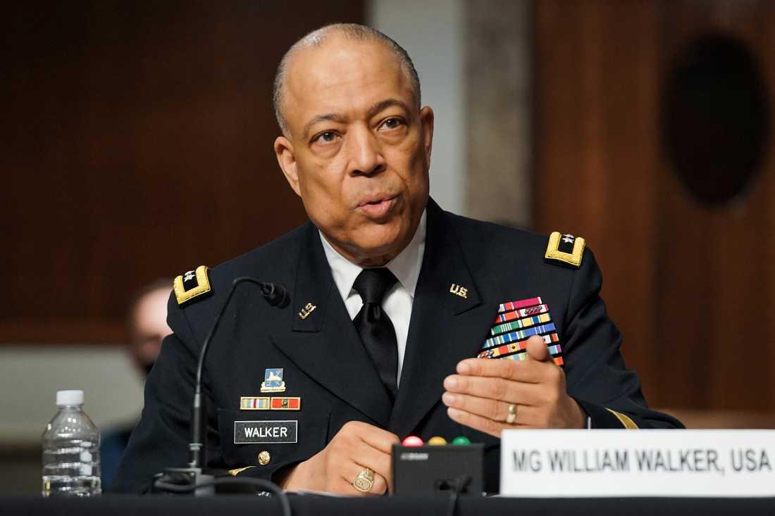 Generalmajoren William Walker anklagar två Pentagon-toppar i ett senatsförhör för att ha fördröjt insatsen av nationalgardet när Kapitolium stormades i januari.