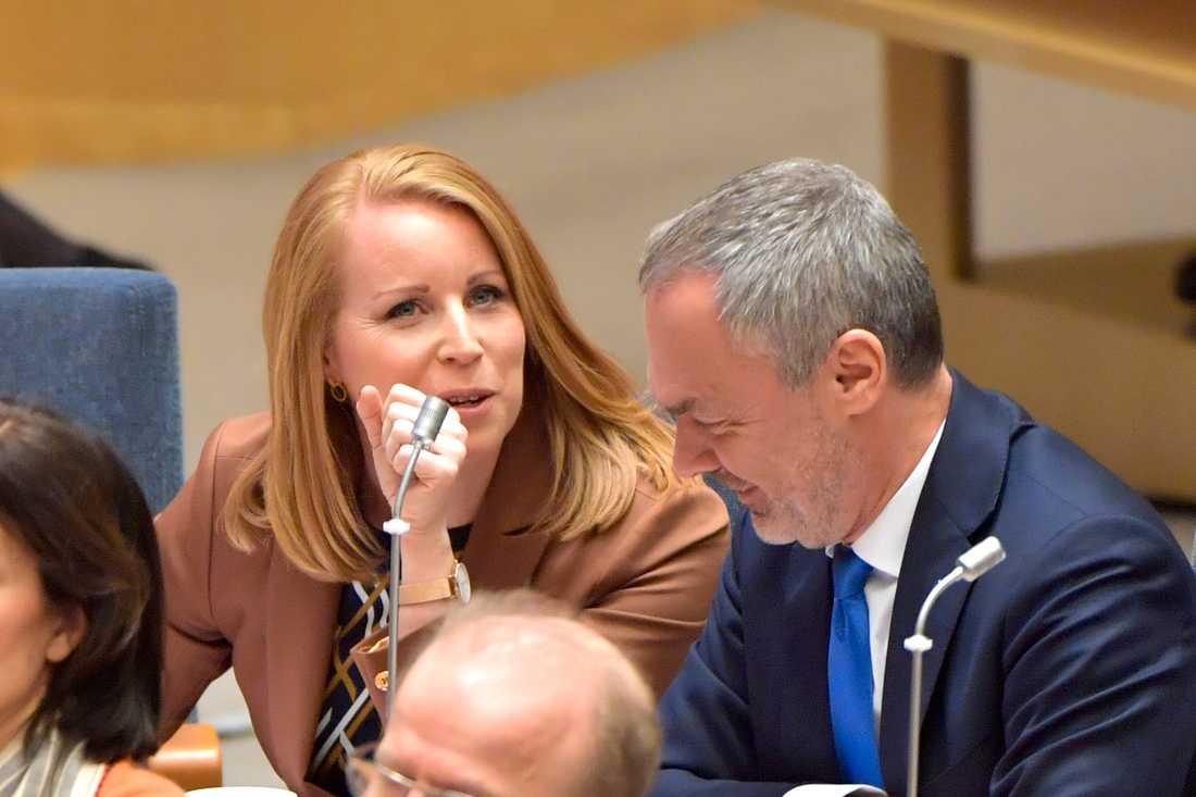 Annie Lööf (C) och Jan Björklund (L) under en partiledardebatt i riksdagen.