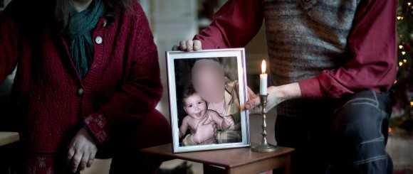 Mormor och morfar med en bild på en nyfödd Lisa och hennes mamma.