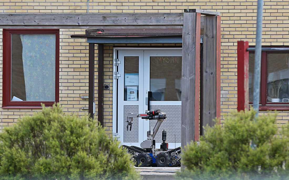 En vallokal i Ljungkile har utrymts efter att polisen larmats om att ett farligt föremål hittats på platsen.