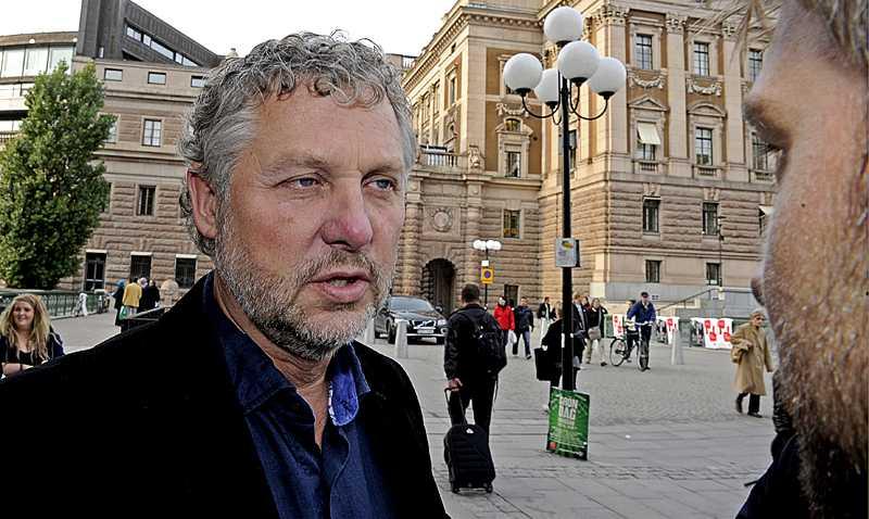 Miljöpartiets språkrör Peter Eriksson intervjuas av Aftonbladets reporter efter att alla röster nu är färdigräknade.