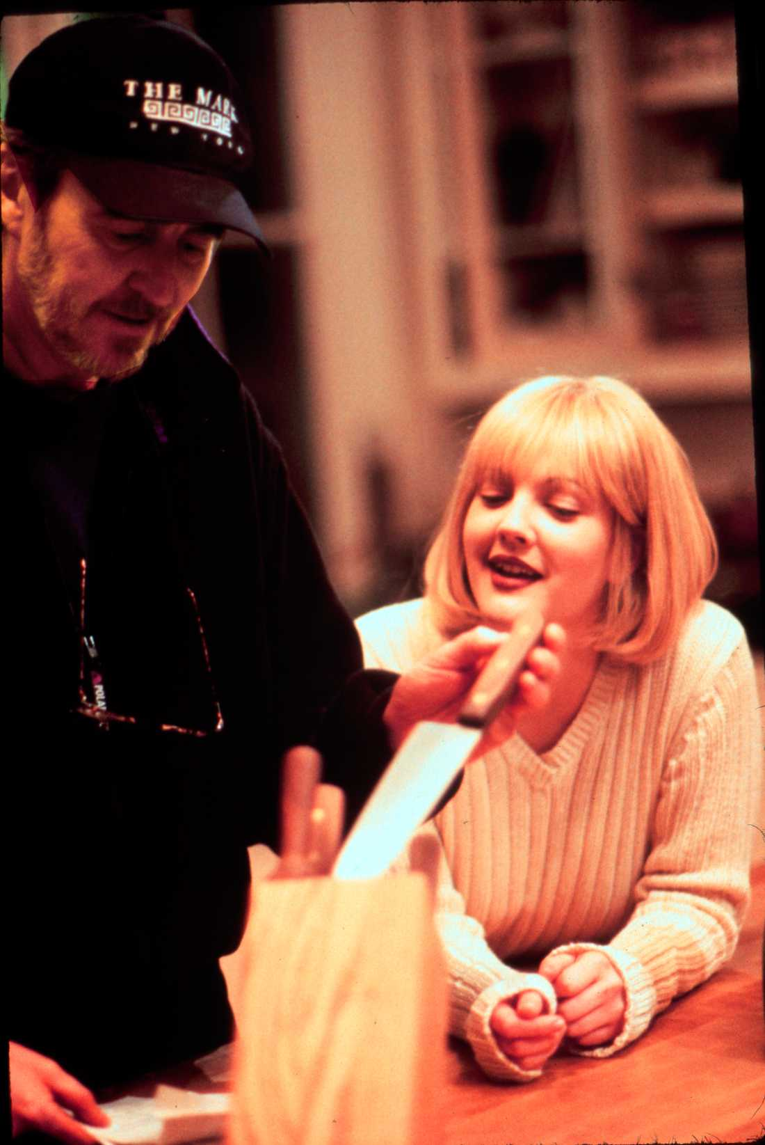 """Tillsammans med Drew Barrymore under inspelningarna av """"Scream""""."""