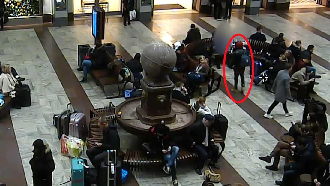 Mannen i röda mössa har enligt utredningen sexuellt ofredat en elvaårig flicka.