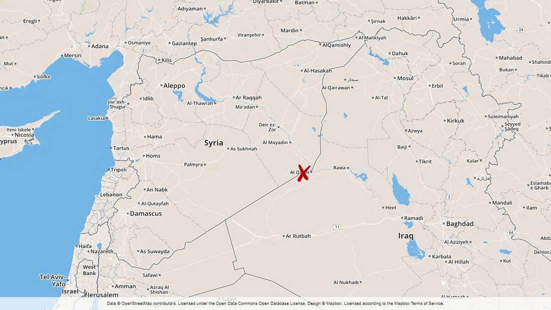 Totalt 18 soldater rapporteras döda i ett flyganfall i östra Syrien.