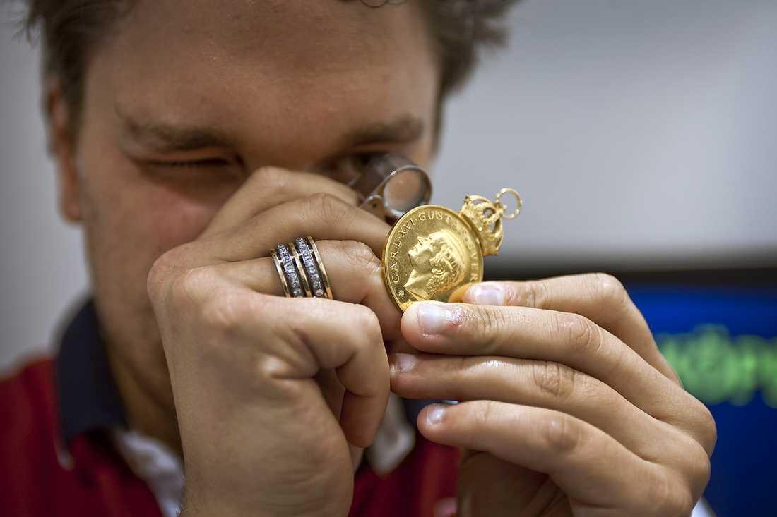 """""""LÄGE ATT SÄLJA"""" Enligt Jonas Löfblad, vd på Guldkedjespecialisten, har guldpriset stigit med 177 procent sedan den 1 januari 2007. """"Det är galet högt"""", säger han."""