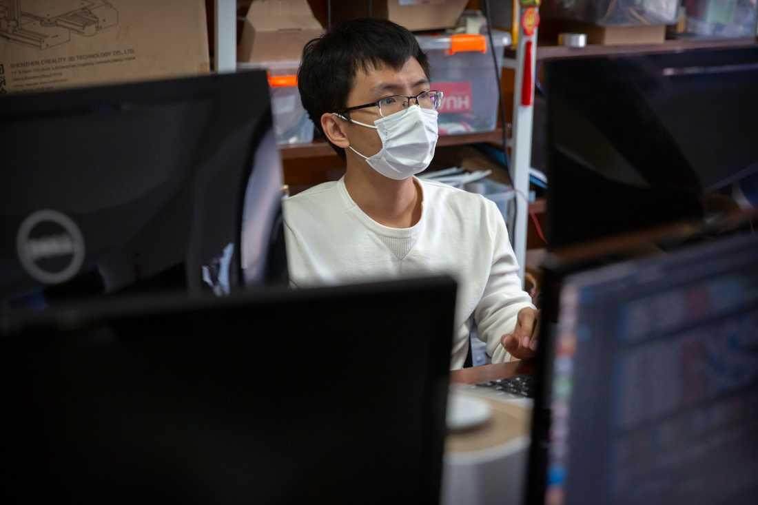 En anställd på ett teknikbolag i Peking arbetar på sitt kontor.