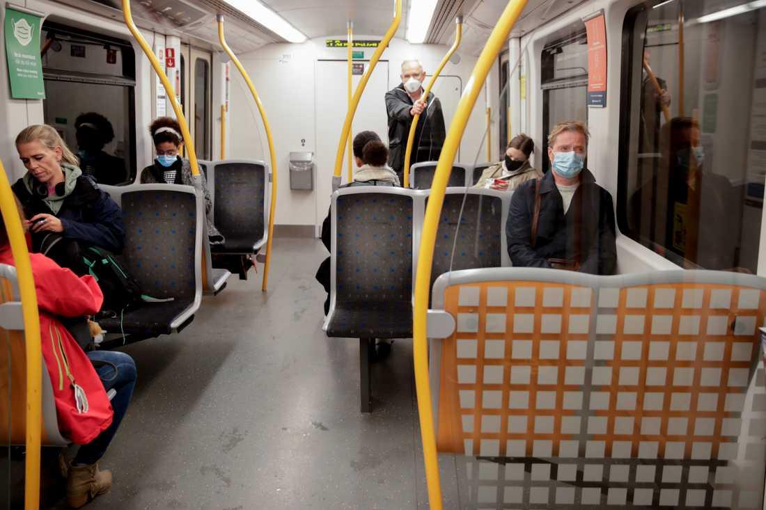 Många men inte alla hade munskyddet på i morgontrafiken i Oslos tunnelbana. Klockan tolv träder munskyddsobligatoriet i kraft.