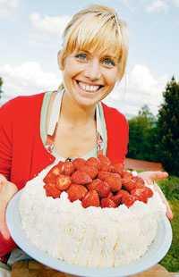 Ingen midsommar är komplett utan en äkta svensk jordgubbstårta.