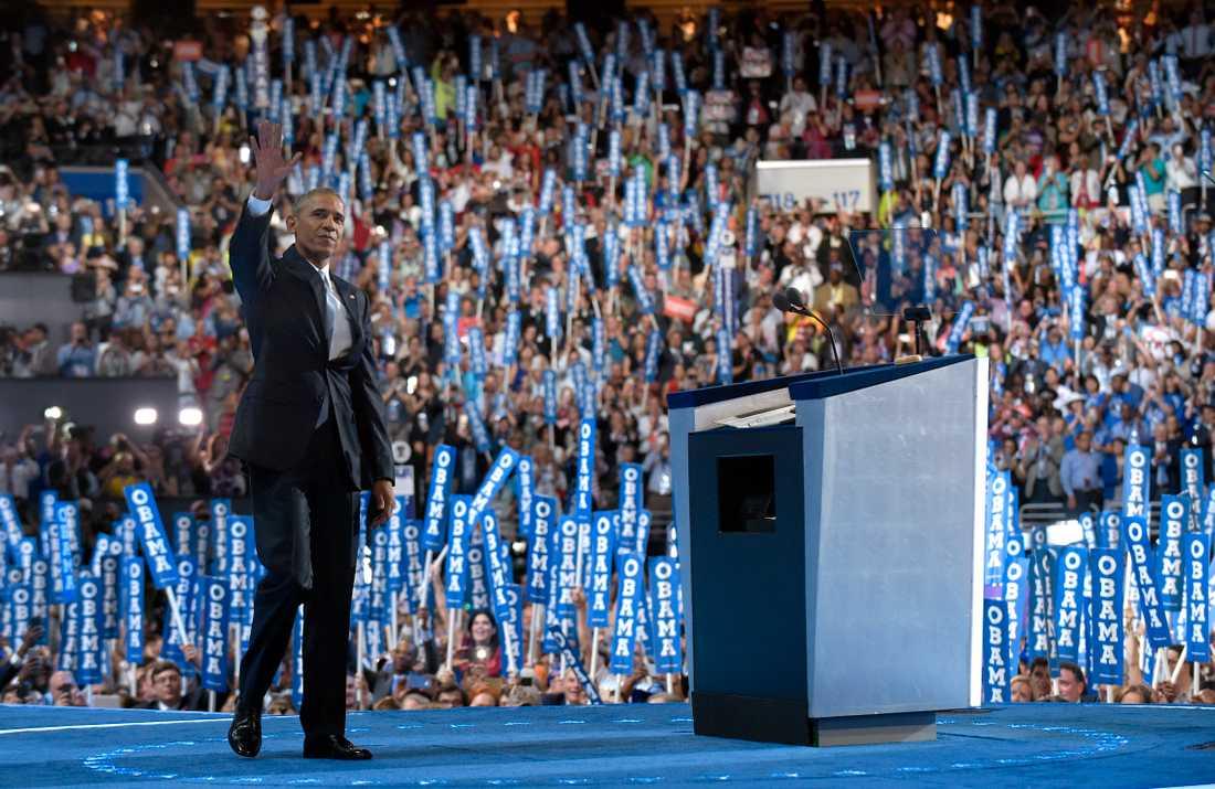 Partikonventen i USA är ofta glittriga tillställningar med tv-sända tal. Här gör expresident Barack Obama entré vid Demokraternas konvent i Philadelphia 2016, då Hillary Clinton utsågs till presidentkandidat.