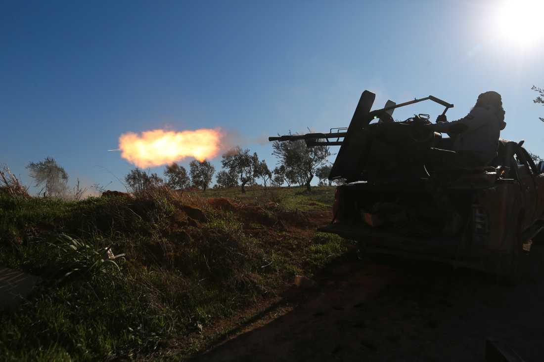 Turkiskstödda syriska rebeller vid frontlinjen i närheten av Saraqib i Idlibprovinsen i nordvästra Syrien på onsdagen.