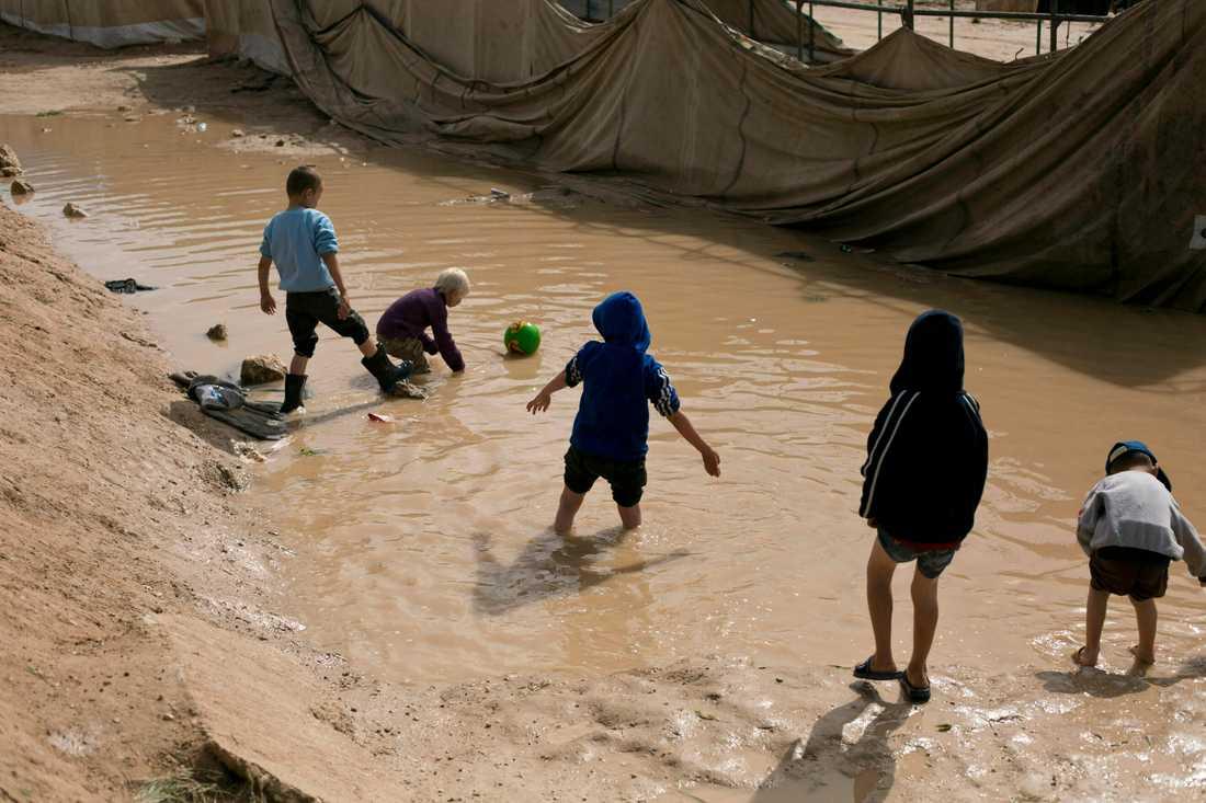Barn leker i det kurdiskkontrollerade lägret al-Hol i nordöstra Syrien. Arkivbild.