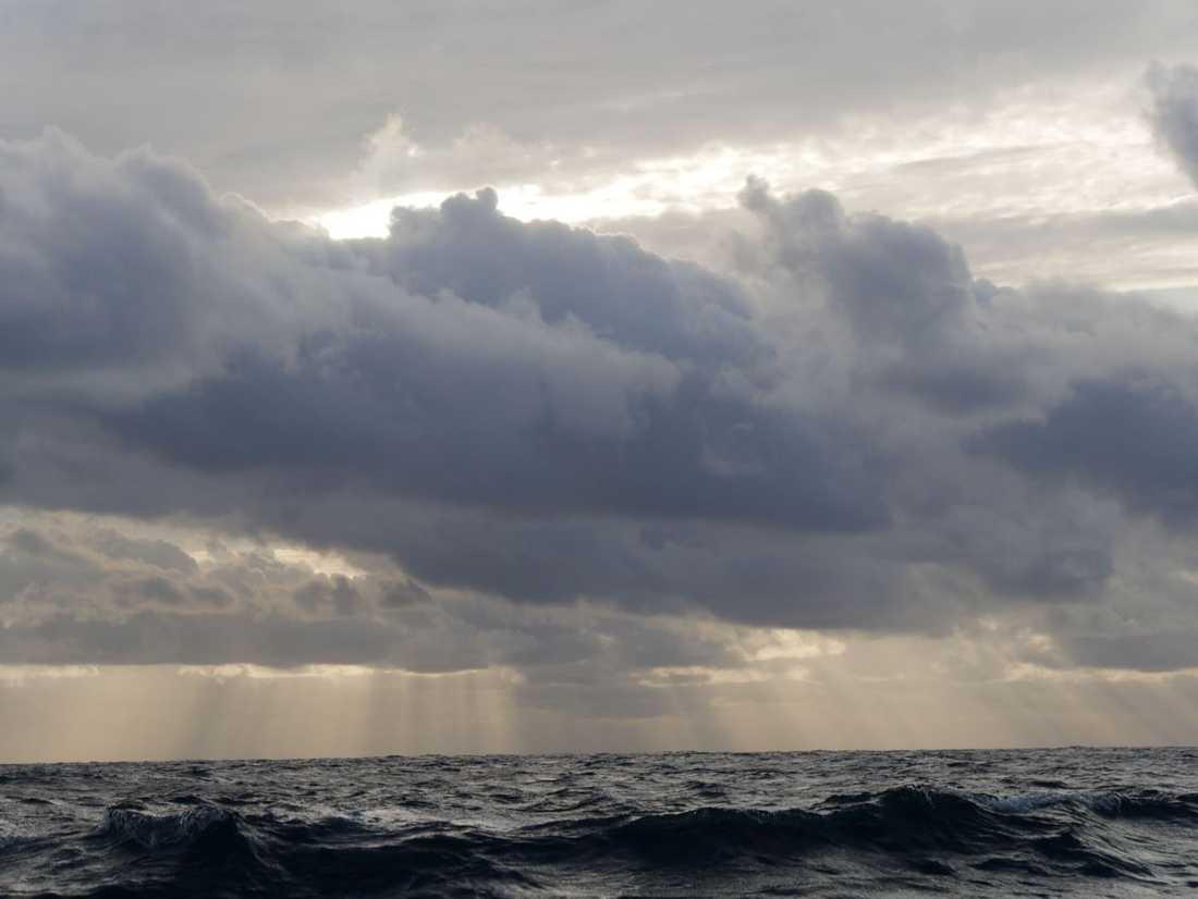 Många skymningar och gryningar över Atlanten.