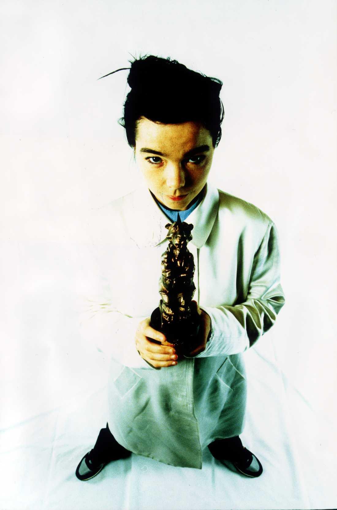 Titta på bilden som togs efter att isländskan röstades fram till årets utländska artist 1995. Björk är och förblir en av våra hårdaste rockstjärnor någonsin.