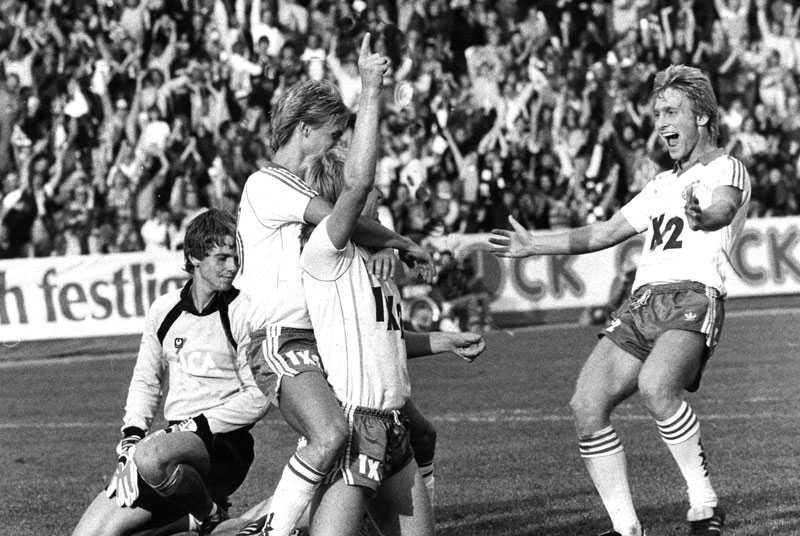 Thomas Dennerby till höger, och Peter Gerhardsson, firar målskytten Michael Andersson.