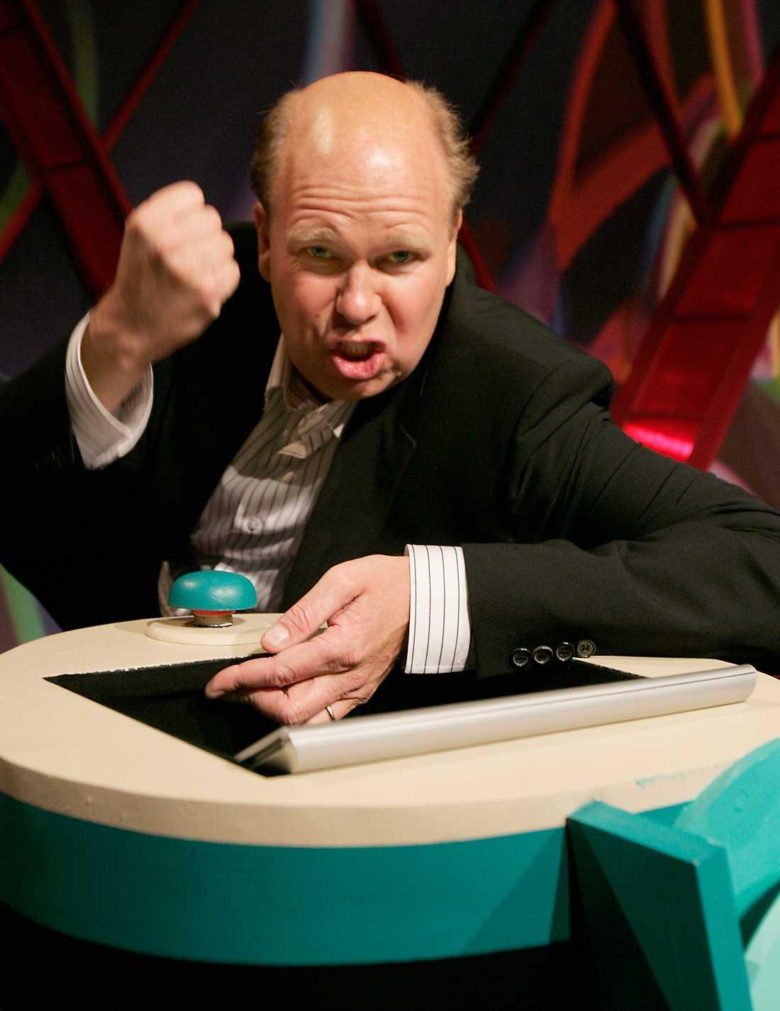 I år kontrar SVT och ställer Lasse Kronér i julrutan.