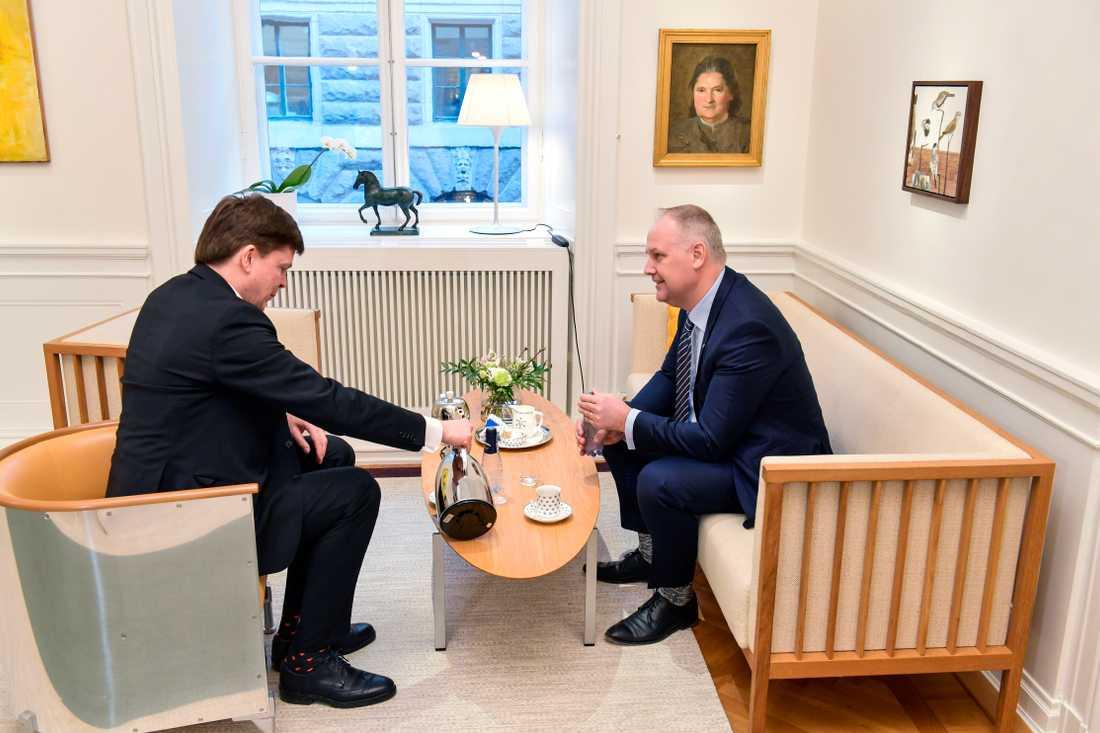 Riksdagens talman Andreas Norlén (M) hälsar på Vänsterpartiets partiledare Jonas Sjöstedt (V) inför deras möte i riksdagshuset.