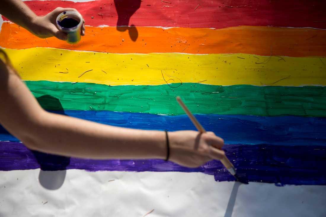 En aktivist målar en affisch inför en protest mot att en prideparad i Beersheba, Israel, ställts in 2016. Arkivbild.