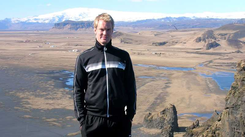 Alla som funderat på Island bör åka nu, tycker fotbollsspelaren Kenneth Gustavsson. Han bodde tills helt nyligen på Island i tre och ett halvt år och spelade för Keflavik IF. Här är han på Islands högsta berg, Hvannadalshnjukur.