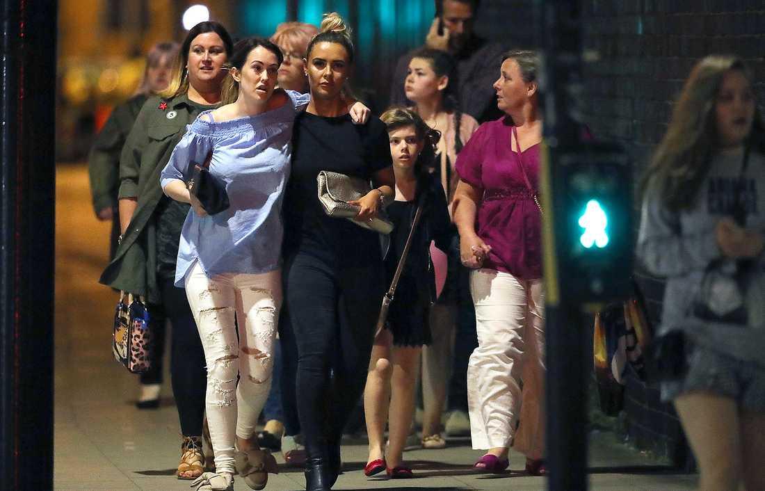 Konsertbesökare lämnar Manchester Arena efter attentatet.