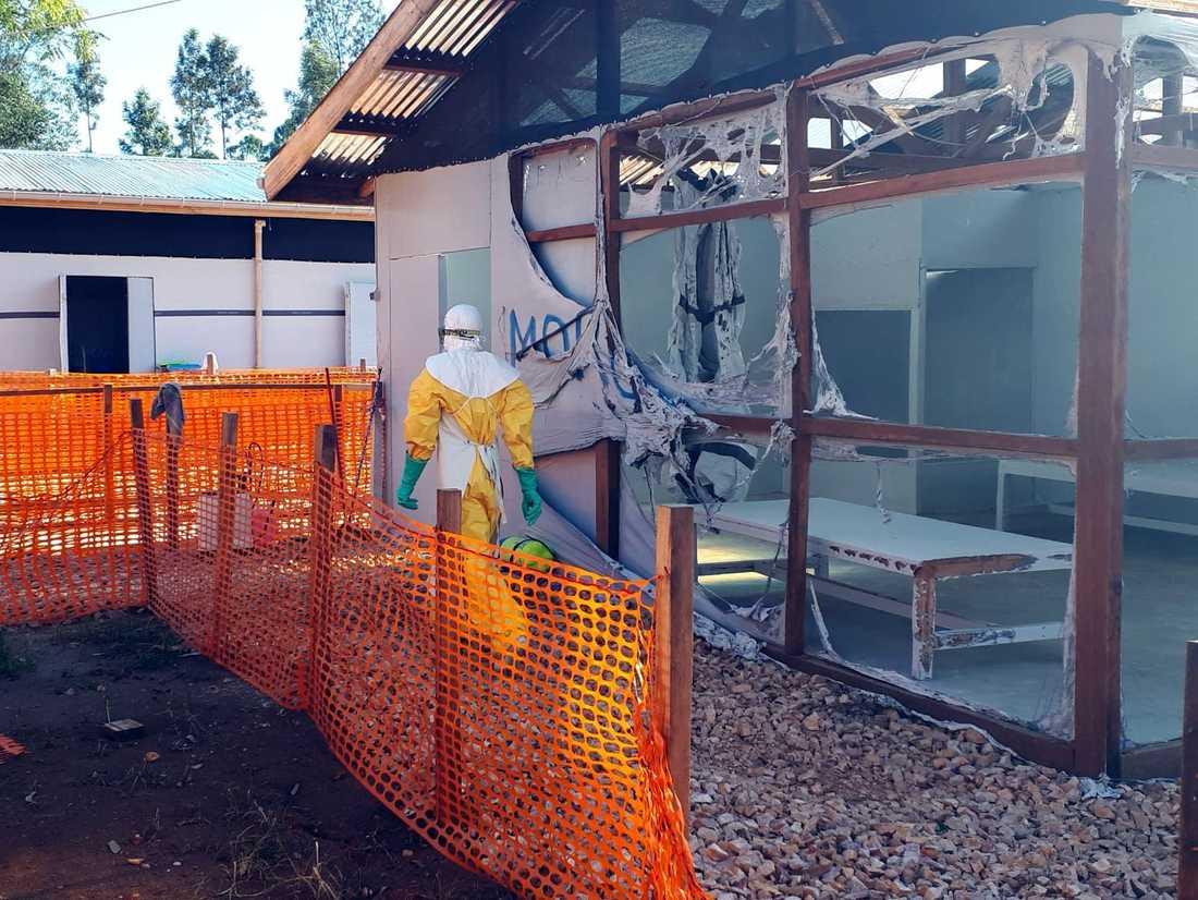 Konflikterna mellan väpnade grupper i östra Kongo-Kinshasa har bidragit till att befolkningen är misstänksam mot ebolainsatsen. I februari angreps Läkare utan gränsers sjukhus i samhället Katwa av okända gärningsmän som brände ner delar av det.