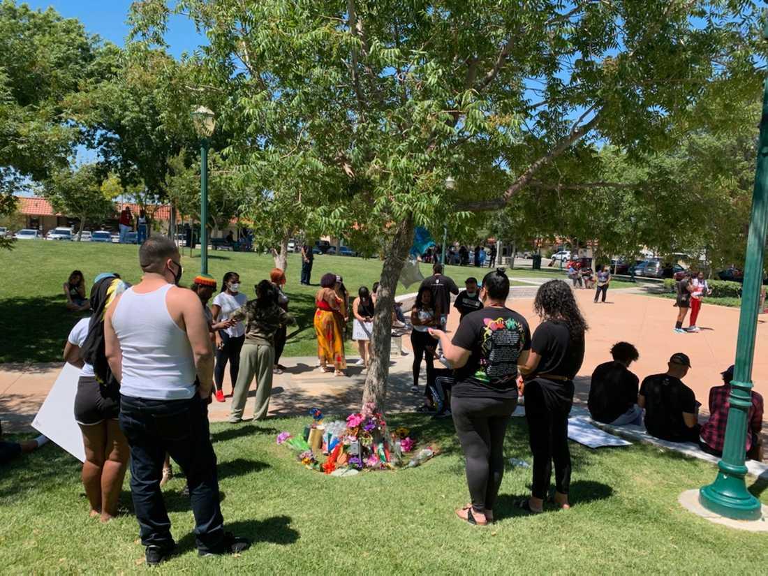 Demonstranter samlade vid ett träd i Palmdale, där Robert Fuller hittades död.