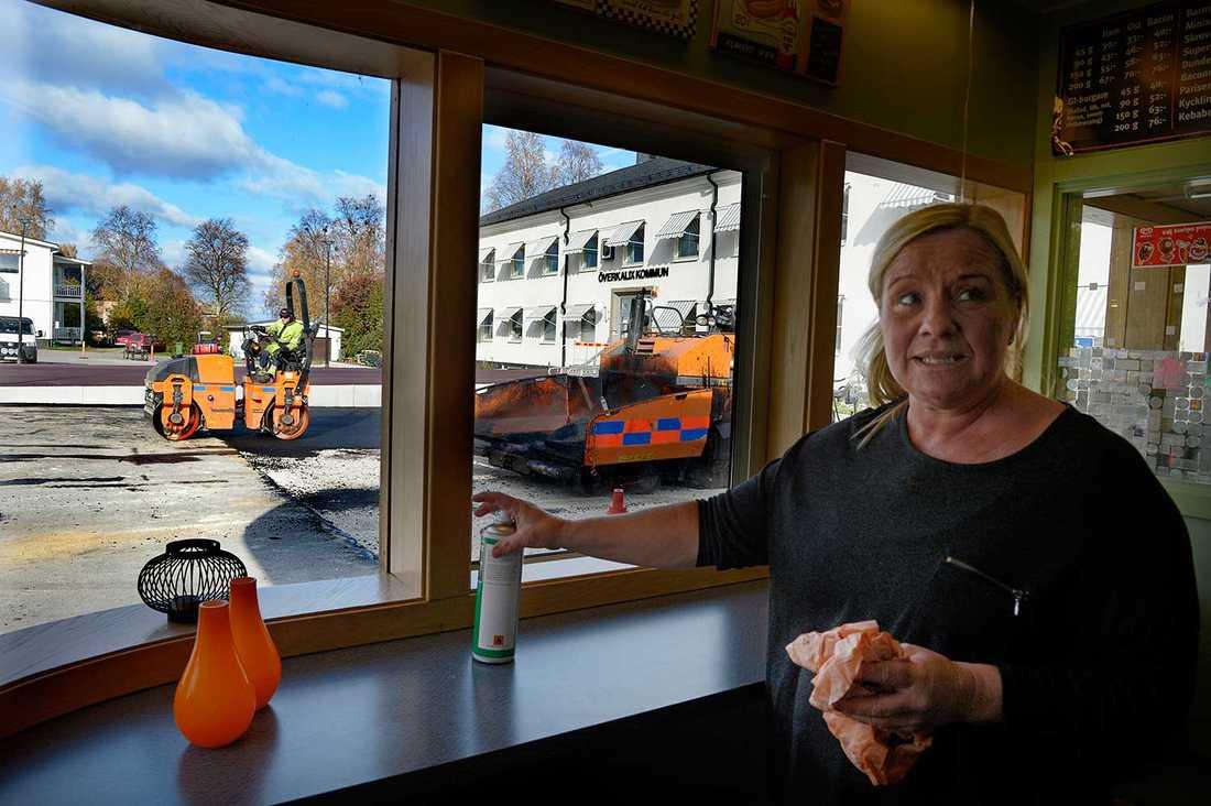 """Jeanette Johansson, 45, driver grillkiosken framför kommunhuset. """"Alla mina kunder har en åsikt om den nya parkeringsplatsen"""", säger hon."""