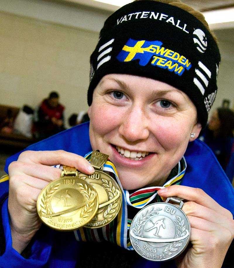 Tre medaljer i VM - och nu får Helena Jonsson ännu mer att glädjas åt. I dag tilldelades hon Bragdguldet 2009.