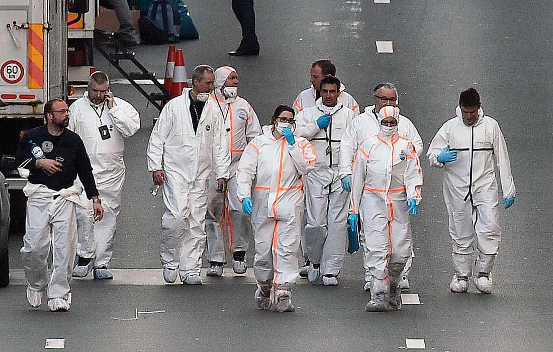 Polistekniker lämnar tunnelbanestationen Maelbeek i Bryssel.
