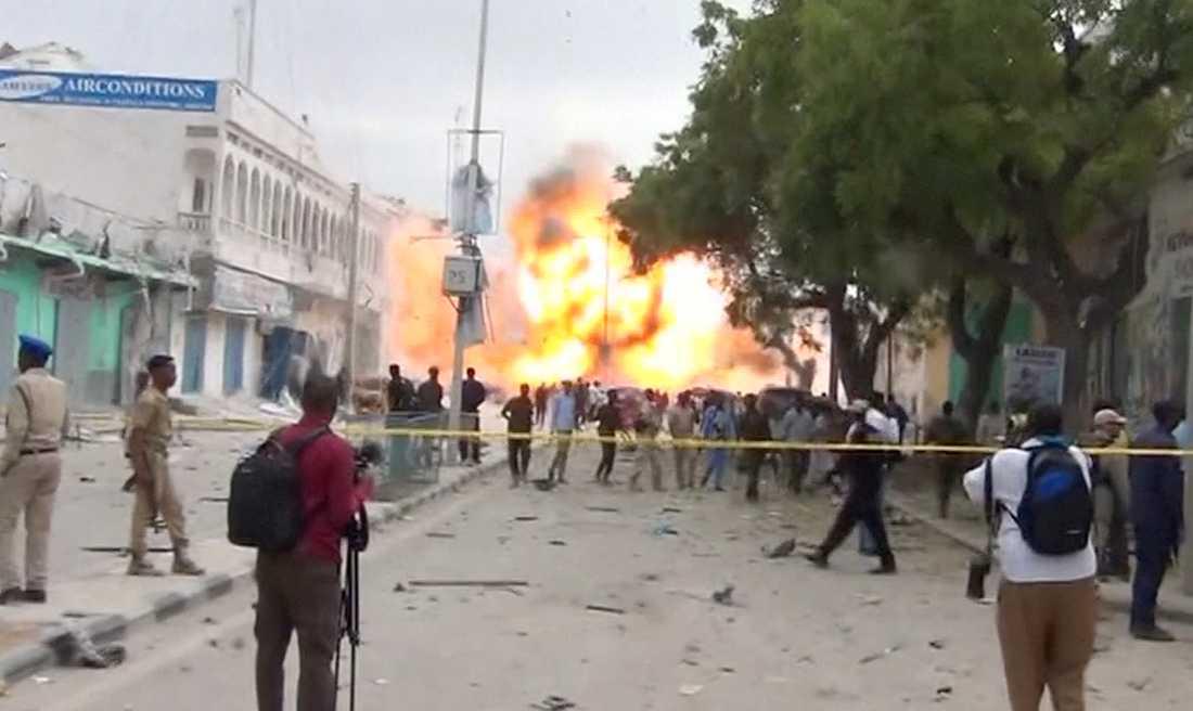 Hotellet i Mogadishu stormades i morse av beväpnade män. Minst 13 människor uppges ha dödats i attacken.