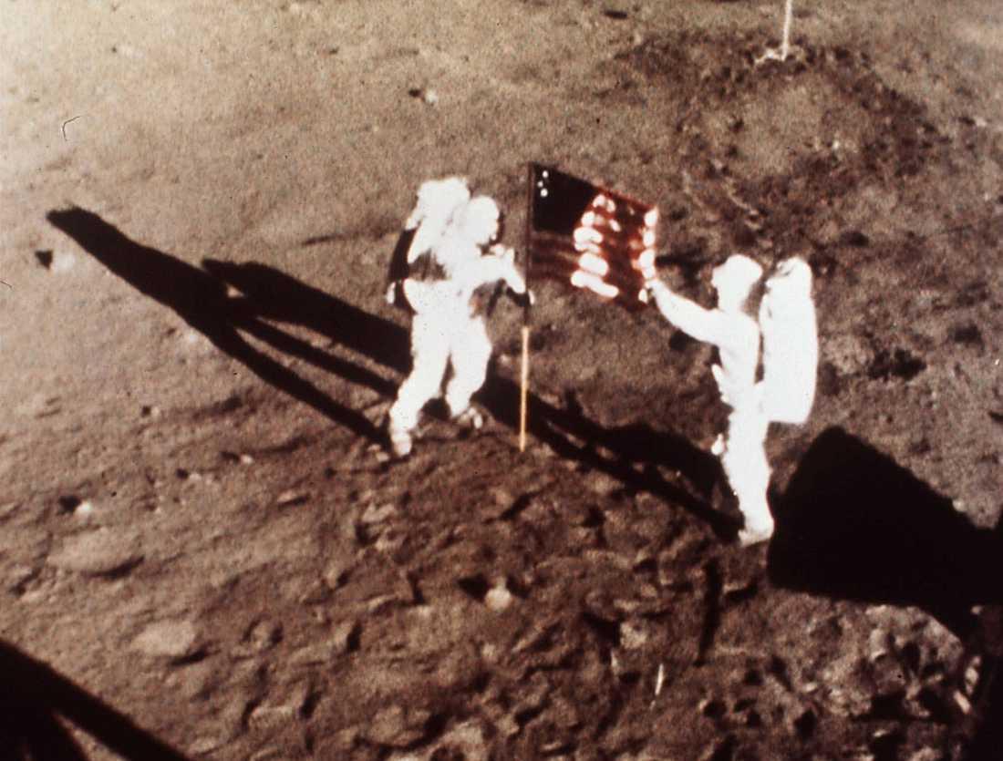 Neil Armstrong och Edwin E. Aldrin sätter den amerikanska flaggan på månen.