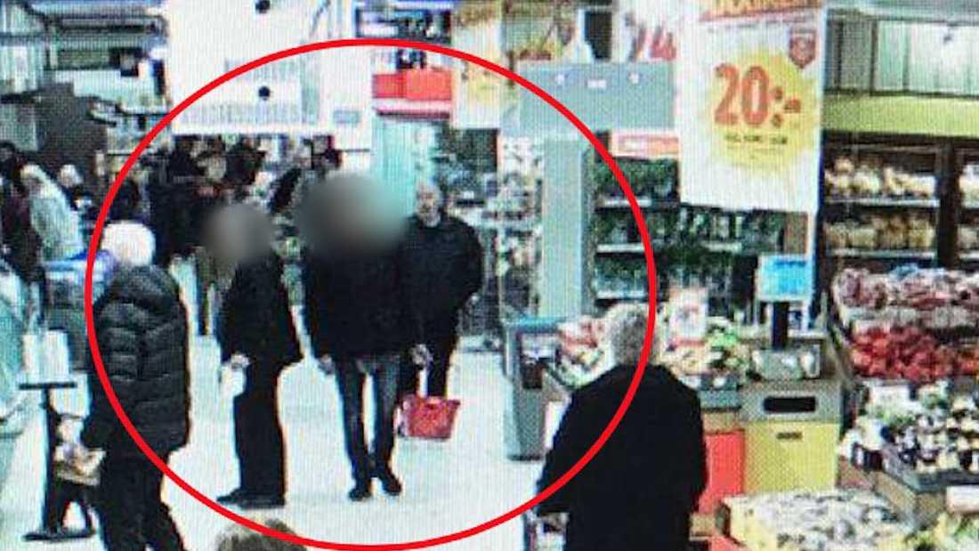 På bilderna från övervakningskameran ser man hur Aksel Hansen följer efter den misstänkte gärningsmannen.