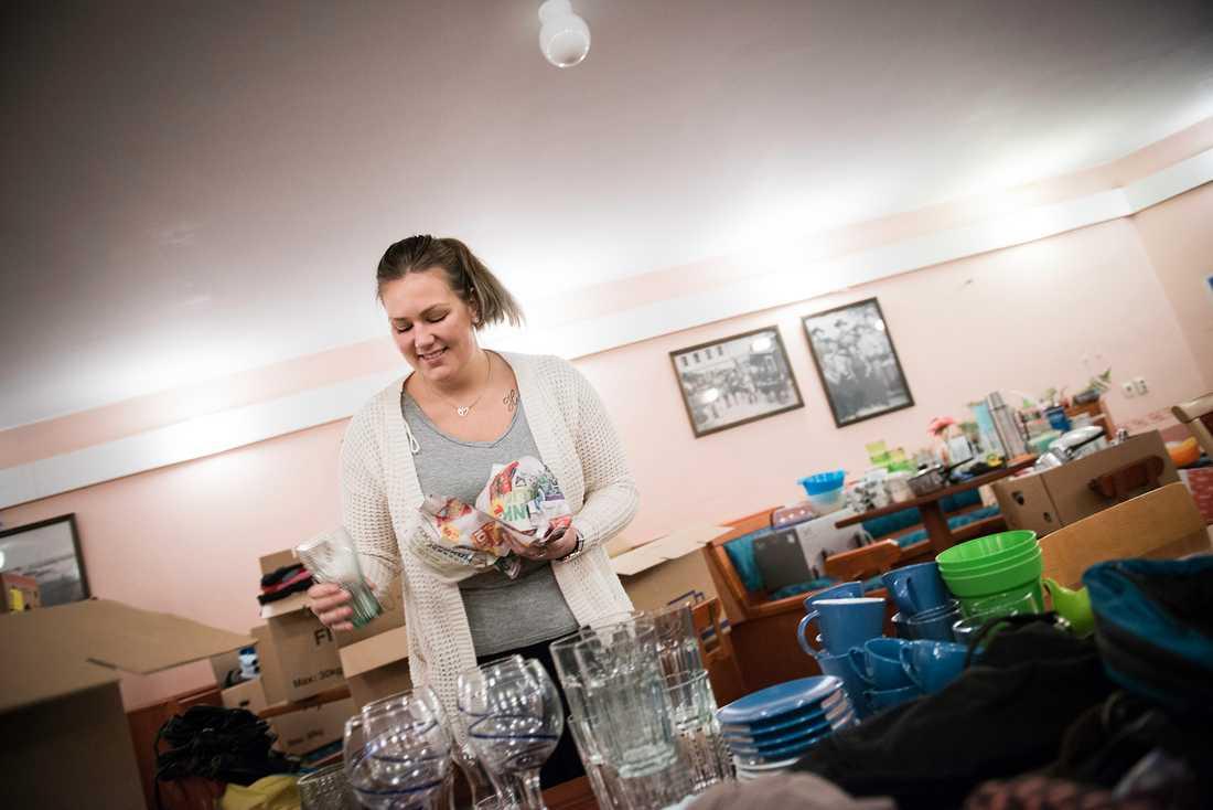 Grannen Ronja Edlund startade en insamling för de drabbade. Nu har familjerna fått både hygienartiklar och kläder.