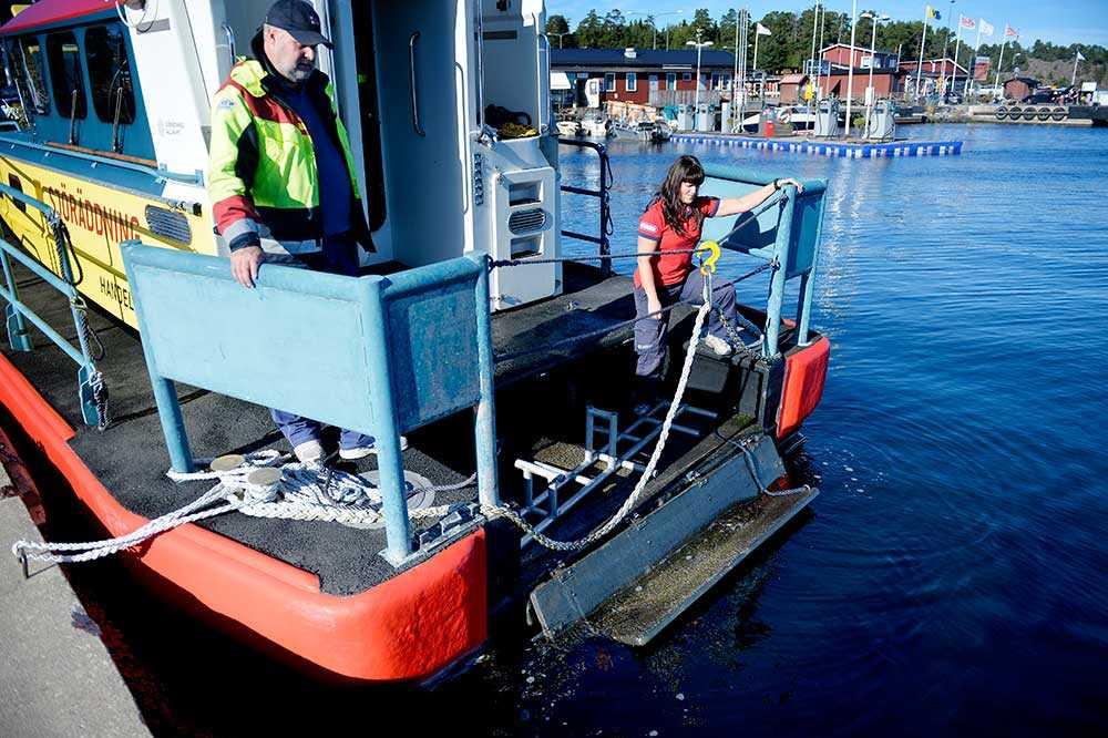 En brygga kan fällas ner till vattenlinjen, vilket gör det lättare att rädda människor ur vattnet.