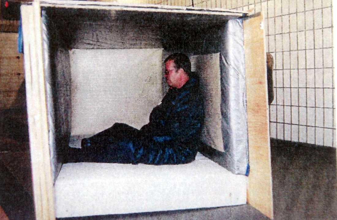 Trälådan där den kidnappade Siba-direktören Fabian Bengtsson hölls fången 2005. Bilden är hämtad ur polisutredningen.