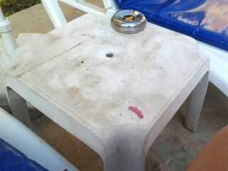 I poolområdet möttes gästerna av kladdiga bord med överfulla askkoppar.
