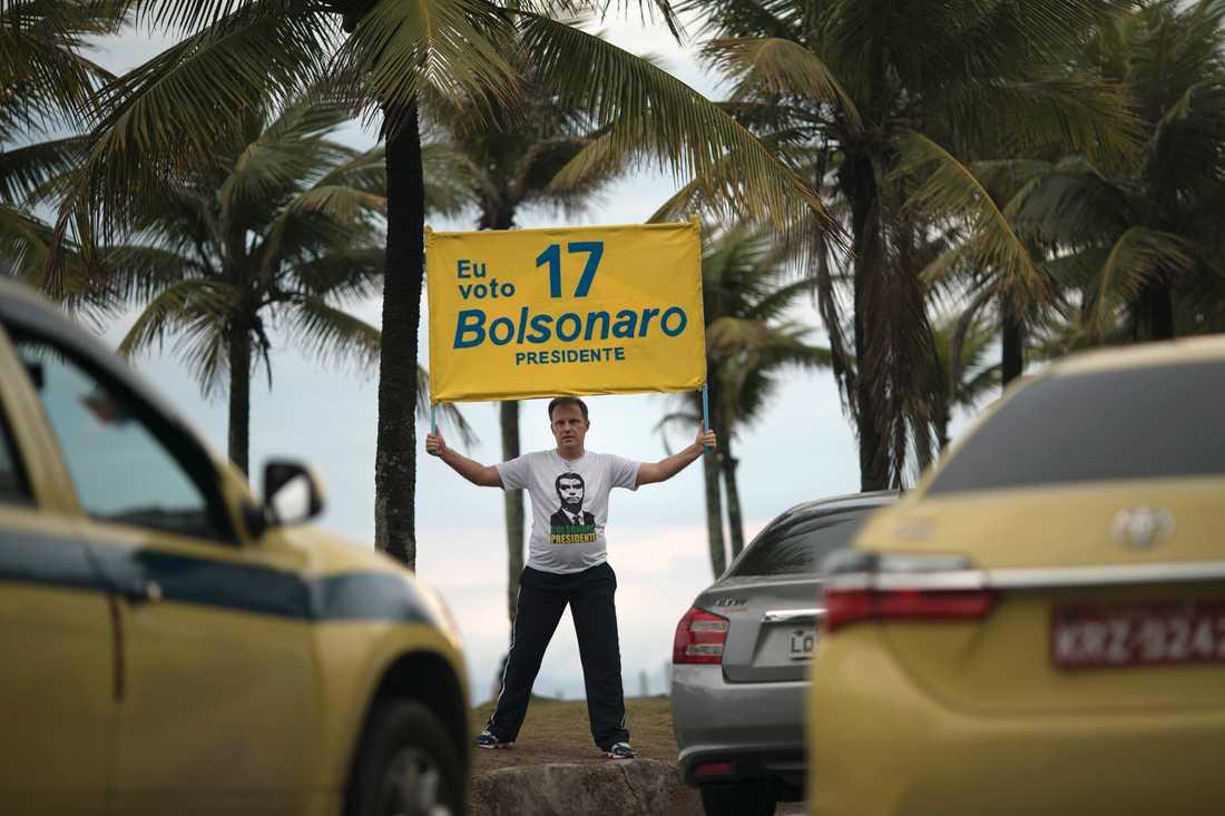 En anhängare till den högerextreme presidentkandidaten Jair Bolsonaro utanför dennes hem i Rio de Janeiro.
