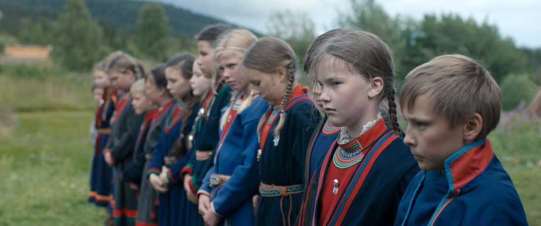 Samiska barn radas upp inför besök från Statens rasbiologiska institut. Ur filmen Sameblod av Amanda Kernell.