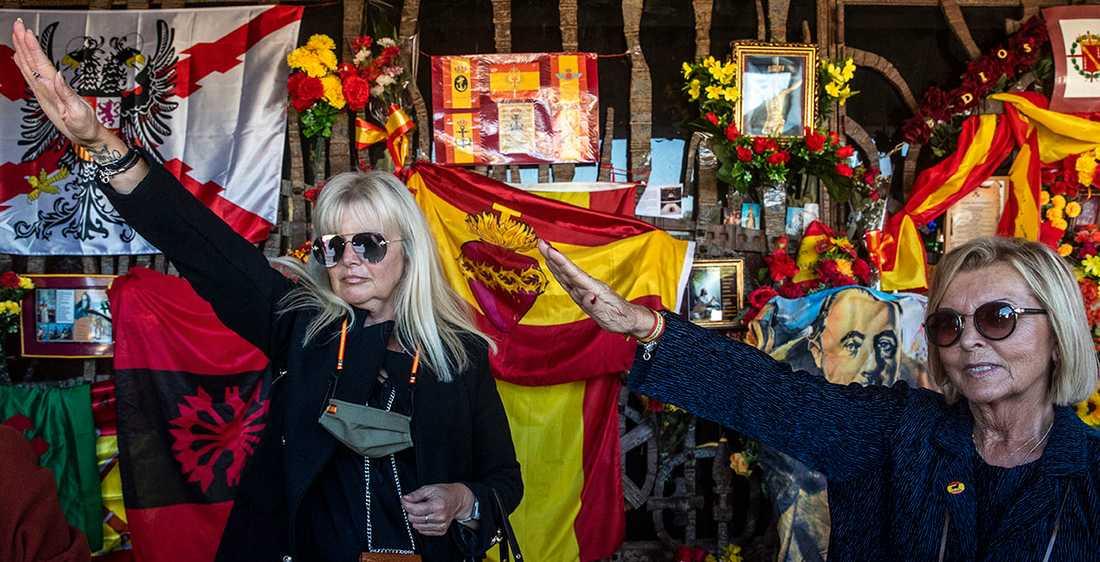 Kvinnor gör fascisthälsning den 20 november i år för att hylla general Franco på dagen 45 år efter hans död.