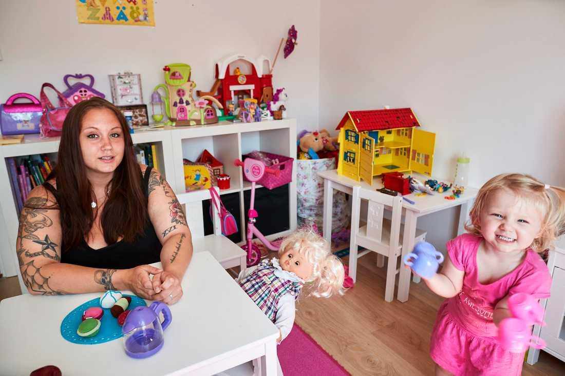 """""""Jag mår jättedåligt av detta, man fungerar inte som människa. Det får mig att känna mig misslyckad"""", säger Annie Ekvall, 29, med dottern Victoria."""