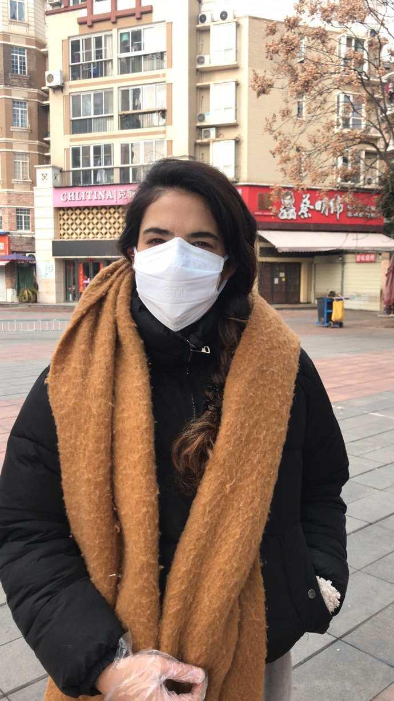 Angelica Kristiansson Herrera bär både plasthandskar och munskydd när hon rör sig utomhus.
