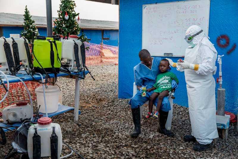 Skänker hopp. Momo, 25, känner tacksamhet för att han har överlevt. Nu ger han tillbaka genom att ingjuta hopp hos de sjuka barnen på kliniken. Han leker med dem, tröstar och ger närhet. Eftersom han numera är immun mot ebola behöver han inga skyddskläder.