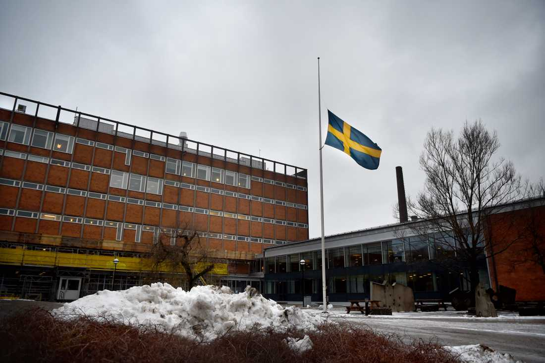 En flagga på halv stång vid Enskede gårdsgymnasium i södra Stockholm.
